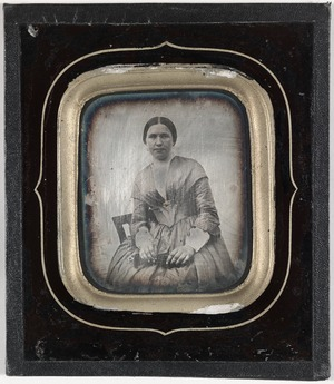 Skade, avflassing av maling under glasset. Gråbrunt papir på baksiden ligner Renard-daguerreotypier.