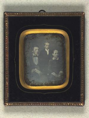 Gruppeportræt af Carl og Ludvig Carlsen og Mathilde Hamann