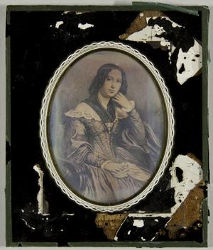 Gemäldereproduktion einer jungen Frau mit einem Tuch in der Hand, die andere Hand an das Kinn gelegt, Dreiviertel.