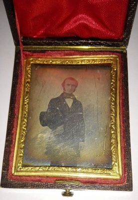 The daguerreotype is in a relatively good condition of conservation. The case cover is covered with turtoise shell imitation, the tray is covered with leather.