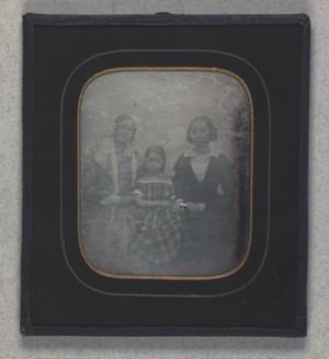 Gruppeportræt af Ludolphine Nielsen med datteren Birthe og søsteren