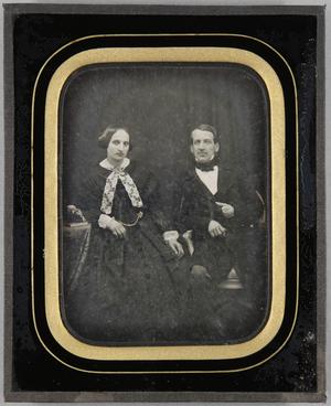 Ehepaar sitzend, Ganzfigur, sie mit weißer Halsschleife, er eine Hand im Revers.