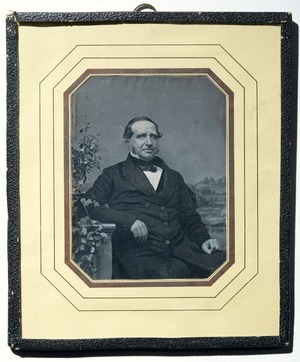 Typical of daguerreotypist C.F.Stelzner.  Samme bakgrunn som NF.32711-002 og NFBO.03853. Strekene på passepartouten har en skimrende kobbertone.   Identical backdrop as NF.32711-002 and NFBO.03853. The lines in the mat has a shimmering copper tone.