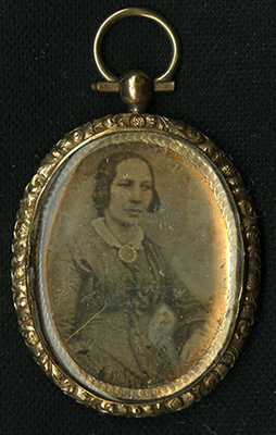 Daguerreotype pendant contain a portrait and on the back a printed Remembrance text.