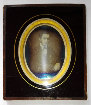 The daguerreotype is in a relatively good state of conservation. There is a strong mirror effect.