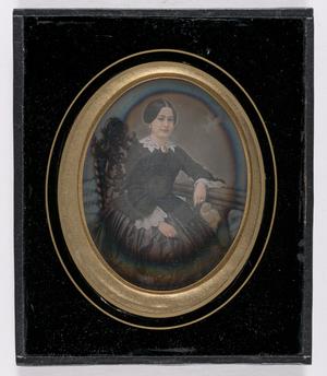 Ingekleurd portret van een vrouw, zittend op stoel met rugleuning, arm leunend op een balustrade, jurk met witte kraag, kanten mouwen , ingekleurde juwelen: ringen, broche, oorbellen