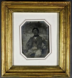 Der in Husum geborene Mediziner Dr. Georg Nikolaus Wülfke (1800-1852) wirkte als Kreisphysikus in Husum, als Arzt in Wyk auf Föhr und in Keitum auf Sylt. Er engagierte sich politisch im Revolutionsjahr 1848 und war es, der im selben Jahr den Husumern die Provisorische Regierung auf dem Marktplatz verkündete. Nach der Daguerreotypie fertigte Nicolai Sunde (1823-1864) eine Lithographie an. Weiteres in: Von Storm zur Republik. Husum in der Fotografie zwischen 1850 und 1920, hg. V. Uwe Haupenthal, Ausst.kat., in: Holger Borzikowsky: Fotografie in Husum bis 1920, S. 41-45.