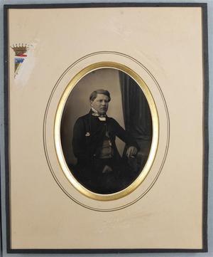 France. Daguerréotype coloré, 1/2 plaque, 13,5 x 9,6 cm. Poinçons: marguerite et licorne. Blason présent sur le cadre en partie effacé.