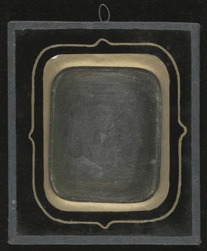 Plate partially deteriorated by oxidation. Uneaven guilded border.  Platen er delvis nedbrutt av oksidering. Gulldekorasjon på innsiden av glasset er ujevn.