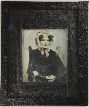 Gemäldereproduktion einer Frau in dunkler Kleidung mit weißem Hut, sitzend.