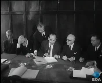 Υπογραφή σύμβασης μεταξύ του ελληνικού Δημοσίου και της εταιρείας «Αλουμίνιον της Ελλάδος» για την εκμετάλλευση των ελληνικών κοιτασμάτων βωξίτη.