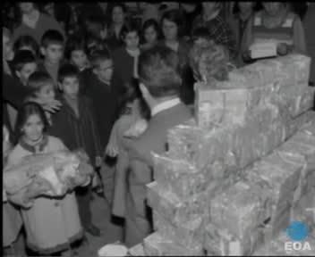 Διανομή δώρων σε μαθητές δημοτικών σχολείων του Παλαιού Φαλήρου από τον Δήμαρχο Στ. Βλαχόπουλο.