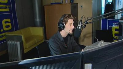 Moderator bei Radio 88,6 im Studio