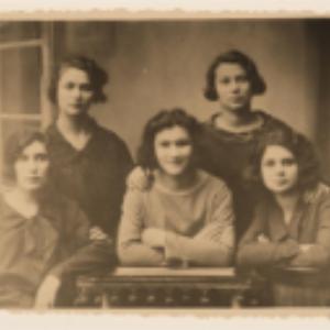 Berta Fajmoszewicz z koleżankami