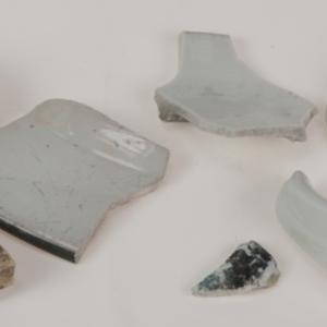 Naczynia / (fragmenty), kafel (fragment) i korek (fragment)