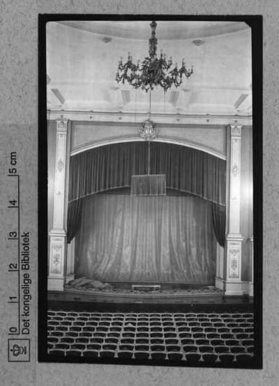 Scene med forhæng og lysekrone fra Casino i Amaliegade