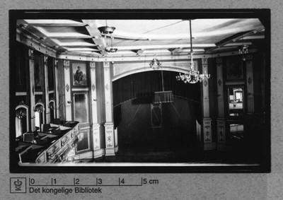 Scene set oppefra med lysekrone og balkon fra Casino i Amaliegade