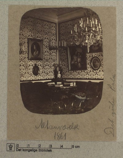Altanværelse med portræt og lysekrone