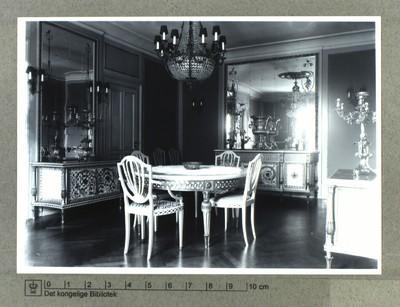 Interiør fra spisestue hos kemiker Søren Sak på Gefionsplads, 1927