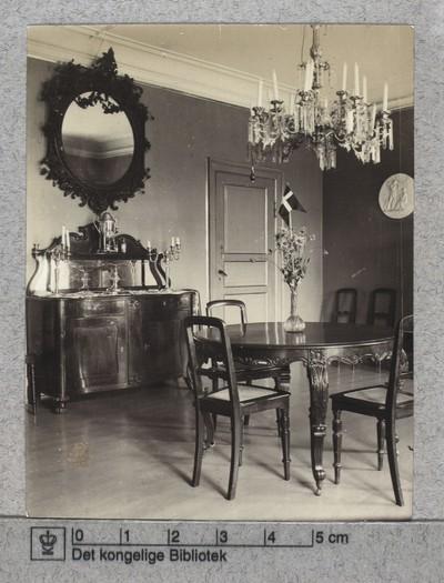 Spisestuens interiør hos Grevinde Vargas som Vodroffs Plads nr. 8, 1907