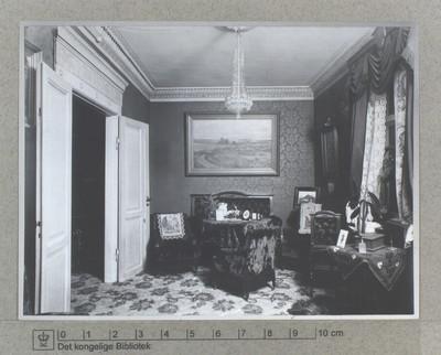 Interiør fra kabinettet hos garvermester W. Klenows hjem på Åboulevard, 1905