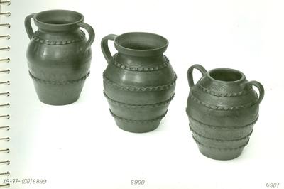 Kétfülű és egyfülű vázák /fekete kerámia/