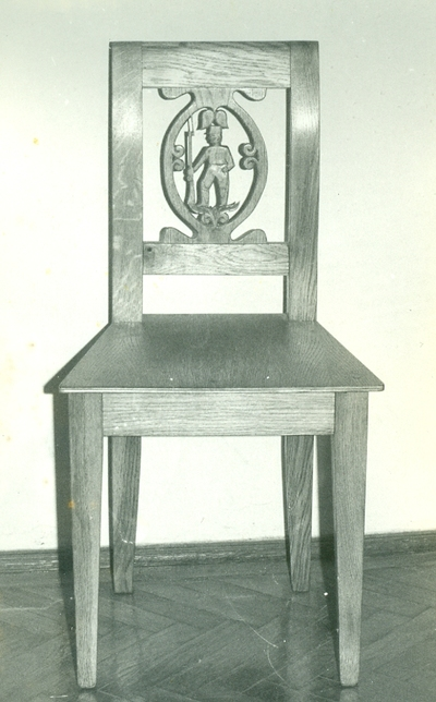 Faragott szék álló huszárral