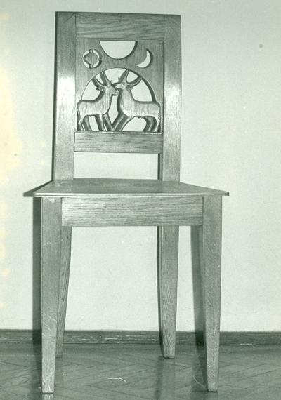 Faragott szék két kecskével