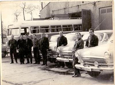 Tisza Cipőgyári gépkocsivezetők a gyári garázsbejárónál