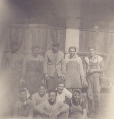 Téglagyári munkások égetőkemence előtt