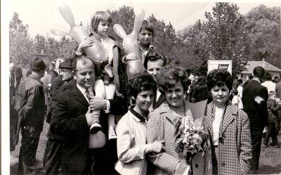 Május 1-jei felvonuláson, Törőcsik Károlyné és családja