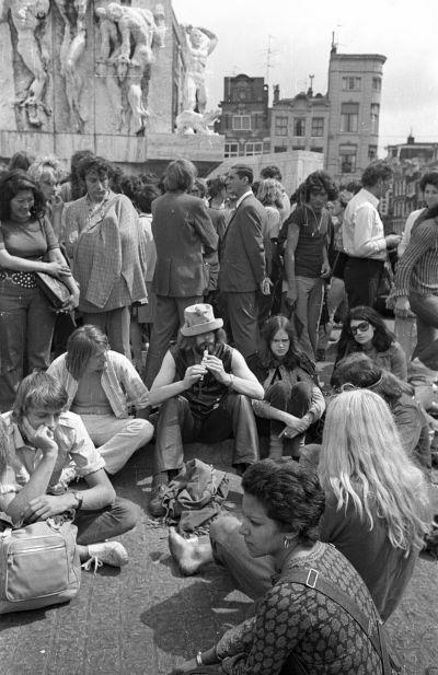 Fiatalok a Dam téren