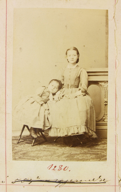 Király Jószefné két kislánya
