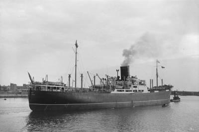 Paquebot HABANA , de la Cia Trasatlántica ,  remolcat per atracar al port de Barcelon