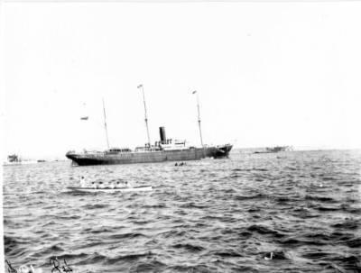 Vapor CIUDAD DE CADIZ , de la Cia. Trasatlantica , sortint del port de Barcelona