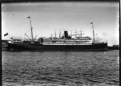 Paquebot INFANTA ISABEL DE BORBON , de la Cia Trasatlantica , al port de Barcelona