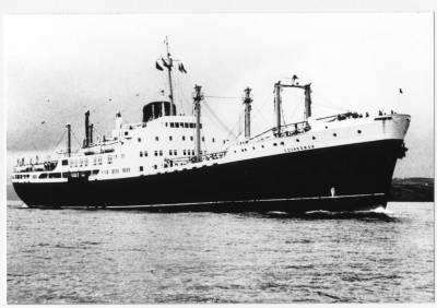 Motonau COVADONGA , de la Cia Trasatlantica , al port