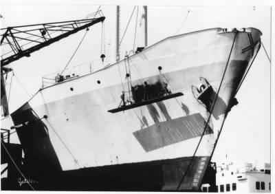 Motonau RUISEÑADA , de la Cia Trasatlantica , en un port ,  tasques de manteniment