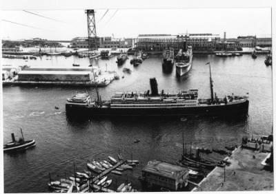 Vapor HABANA , de la Cia Trasatlantica , sortint del port de Barcelona
