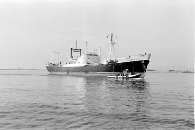Motonau ALMUDENA , de la Cia Trasatlántica , sent remolcat per a atracar al Port de Barcelona