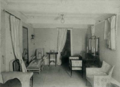 Interior d'una embarcació no identificada , de la Cia Trasatlantica , camarot de primera classe , sala d'estar amb butaques , sofàs i un tocador