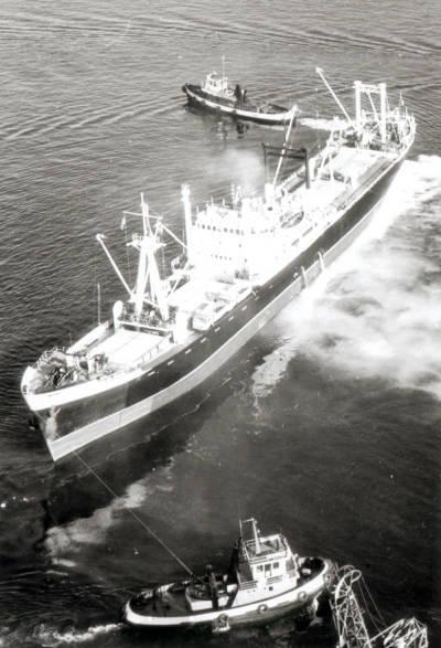 Motonau ALMUDENA ( Cia Trasatlantica ) maniobrant ajudada per dos remolcadors, un dels quals és el CATALUÑA