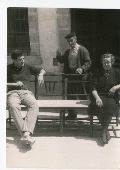 Jaume Marès i Fàbrega, un seu veí i la seva mare