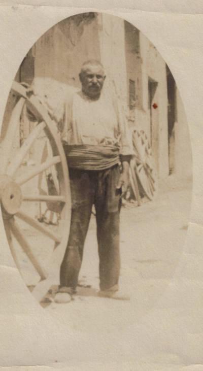 Carreter davant de seu taller de Pont de Molins