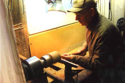 Joan Costa Vidal treballant una peça al seu torn.
