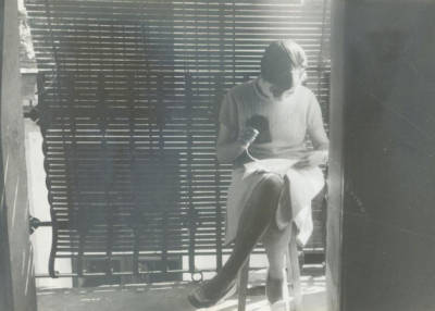 Montserrat Castells Condó cosint a casa seva, a Tremp.