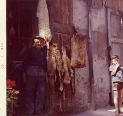 Josep Pubill Ribes davant de la seva boteria a La Pobla de Segur.