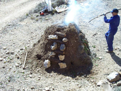 Justo Sorando Gómez, carboner,construint una carbonera  de llenya, pas.7