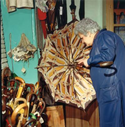 Paraigüera adobant un paraigua de senyora