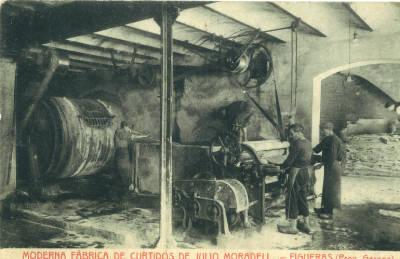 Moderna fábrica de curtidos de Julio Moradell. Figueras (Prov. Gerona). Depilado y descarne en un sector de la sección de ribera